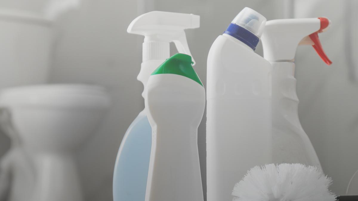 Artículo con tips prácticos para limpiar el baño